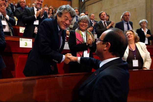 Jean-Louis Borloo serre la main de François Hollande. Photo prise le 20 septembre dernier.
