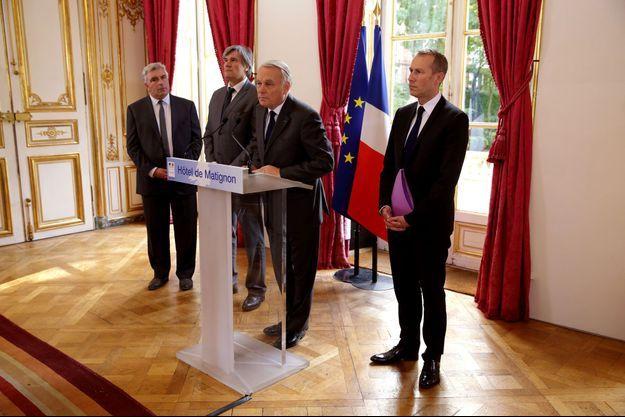 Entouré de Frédéric Cuvillier, Stéphane Le Foll et Guillaume Garot, Jean-Marc Ayrault a annoncé mardi la suspension de l'écotaxe.
