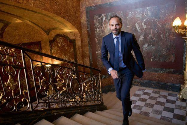 Edouard Philippe , dans l'escalier qui mène à son bureau à Matignon, en juin 2017.