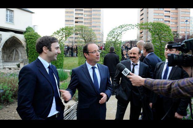 Le 13 avril 2012, à Chelles. Devant les caméras de la télévision brésilienne, François Hollande annonce au candidat Eduardo Rihan-Cypel qu'il sera le président du groupe d'amitié France-Brésil à l'Assemblée nationale.