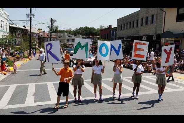 Des manifestants, à Takoma Park, ont fait un jeu de mot avec le nom de Romney en inversant deux lettres de son nom, dénonçant ainsi sa fortune.