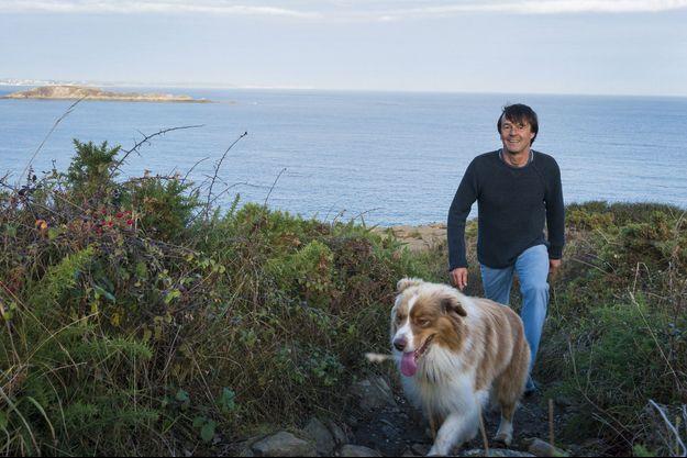 Nicolas Hulot en promenade près de Saint-Lunaire avec Wanaï, son berger australien.