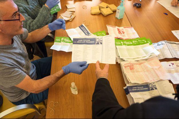 Dépouillement des bulletins de vote au soir du premier tour au Capitole, à Toulouse, le 15 mars dernier.