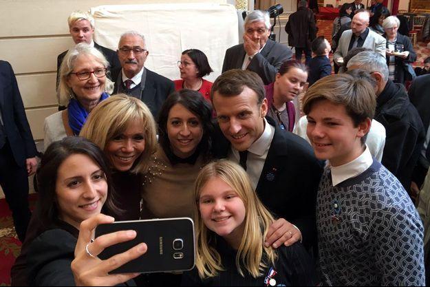 Emmanuel et Brigitte Macron posent pour un selfie avec les jumelles Lise et Laure, et avec Shana et Milan.