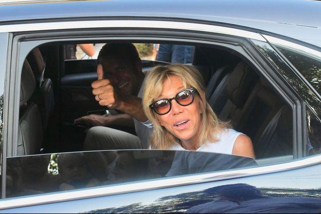 Emmanuel et Brigitte Macron à bord d'une voiture, le 7 août dernier, à Bormes-les-Mimosas.