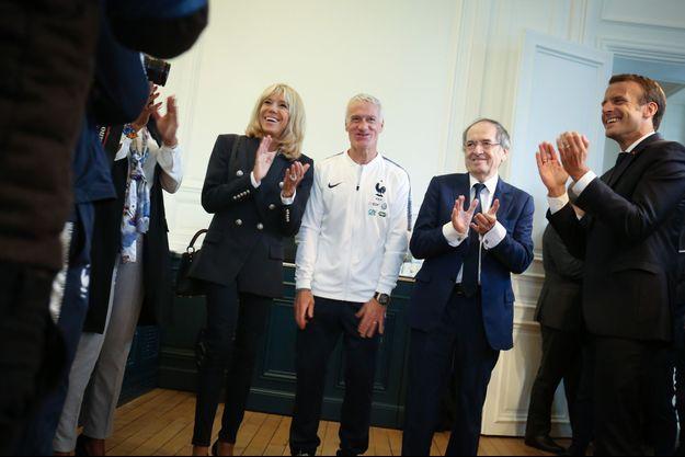 Emmanuel Macron et son épouse Brigitte mardi à Clairefontaine, aux côtés de Didier Deschamps et Noël Le Graët,