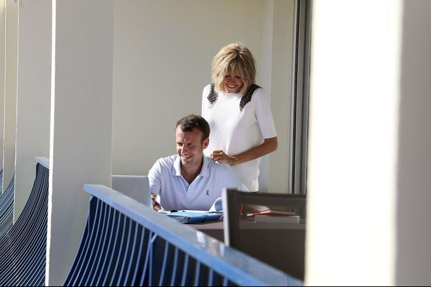 Emmanuel et Brigitte Macron au travail sur le balcon de l'appartement qu'on leur a prêté, le 7 août.