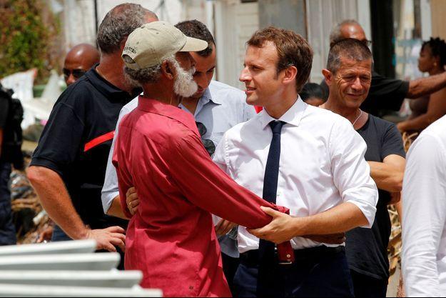 Emmanuel Macron et Emmanuel Carrère en arrière-plan, à Saint-Martin le 12 septembre 2017.