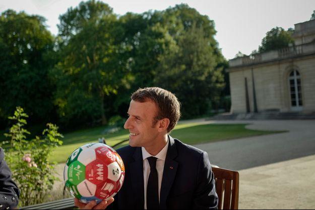 Le président de la République Emmanuel Macron s'est vu offrir un ballon par le Premier ministre Erna Solberg.