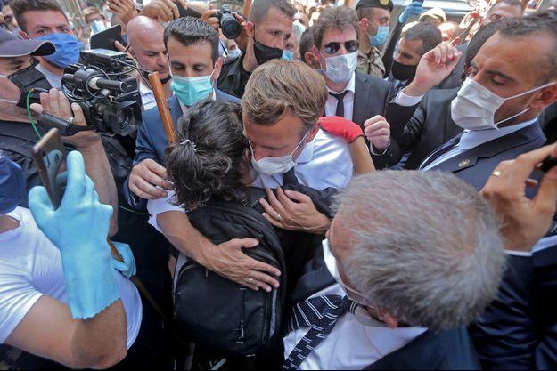 Emmanuel Macron enlace une jeune femme à Beyrouth, au Liban.