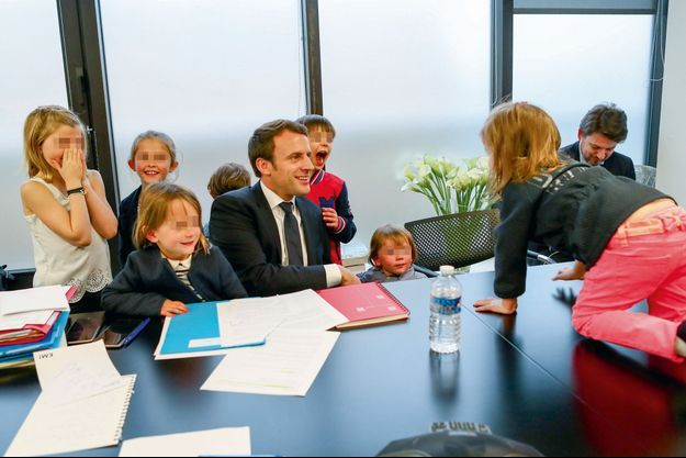 19h30, dimanche 7 mai, Emmanuel Macron est à son QG parisien avec ses petits-enfants.