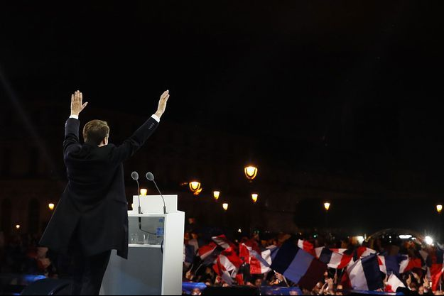 Emmanuel Macron dimanche soir, lors de son discours devant la Pyramide du Louvre.