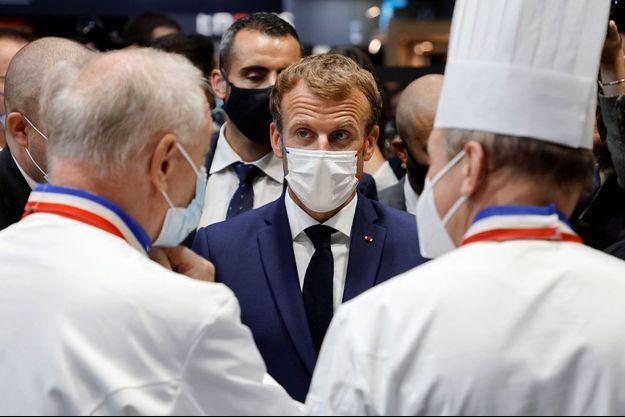 L'incident s'est produit durant sa visite des stands du Salon international de la restauration, de l'hôtellerie et de l'alimentation (SIRHA)