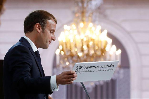 Emmanuel Macron lors d'une cérémonie d'hommage au palais de l'Elysée, en présence d'anciens harkis, de leurs descendants, de responsables d'associations et de personnalités le 20 septembre 2021.
