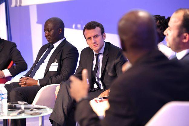 """Le 3 juin 2016, Emmanuel Macron en pleine discussion avec Tony Smith, le """"Steve Jobs africain"""" lors d'une rencontre avec les lauréats du """"Choiseul 100 Africa"""" au siège de Business France à Paris."""