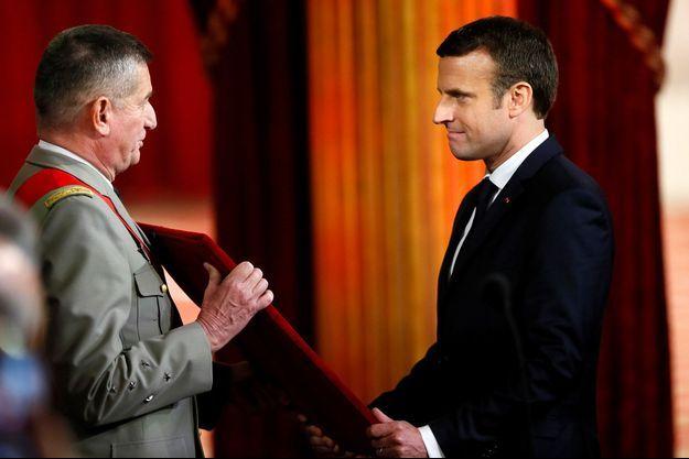 La présentation du collier de Grand maître de la Légion d'honneur à Emmanuel Macron.