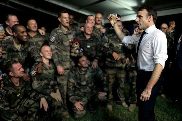 Le 20 décembre. Camp de Port-Bouët. Le président de la République porte un toast aux troupes des FFCI (Forces françaises en Côte d'Ivoire).