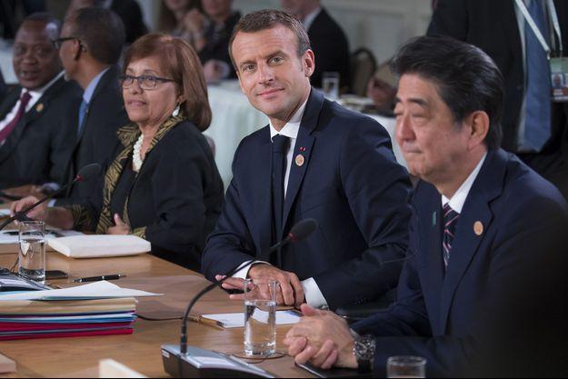 Emmanuel Macron et à sa gauche, le Premier ministre japonais Shinzo Abe.