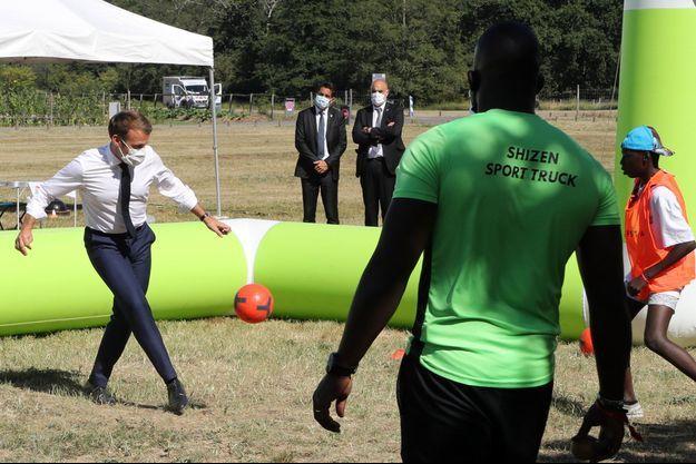 Emmanuel Macron jouant au foot sur un camp d'été à Chambord en juillet 2020.