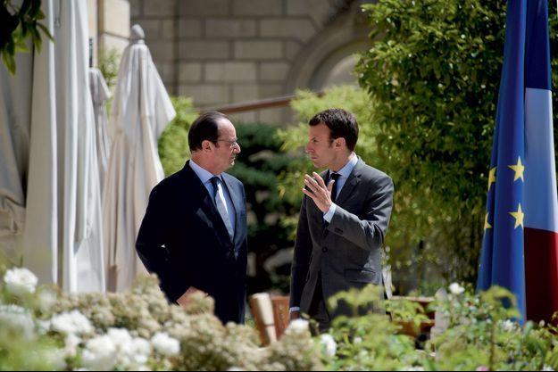 Emmanuel Macron et François Hollande dans les jardins de l'Elysée