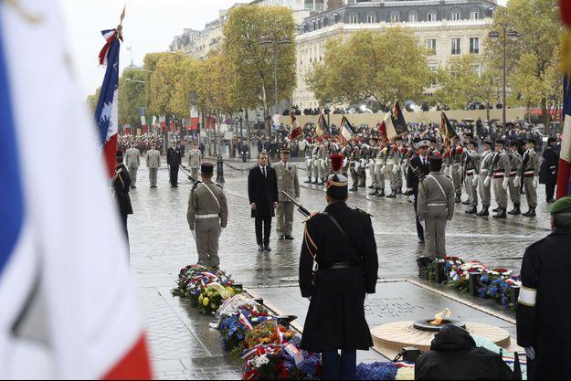 Le 11 novembre 2017, le président se recueille devant la flamme du soldat inconnu.