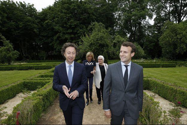 Stéphane Bern accueille Emmanuel et Brigitte Macron, avec Line Renaud, à Thiron-Gardais, le 10 juin 2016.