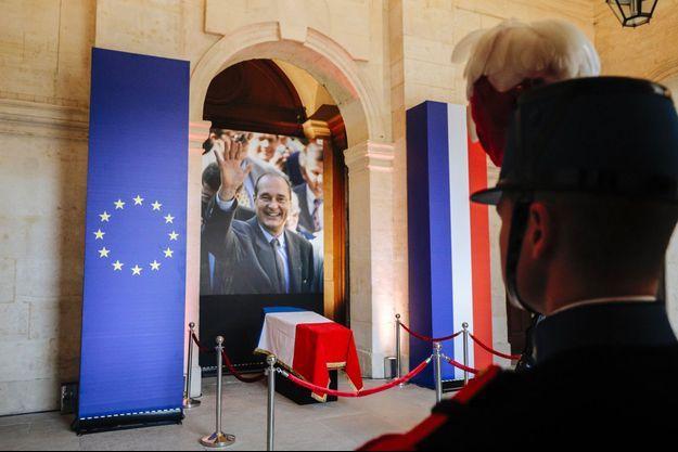 Le cercueil de Jacques Chirac aux Invalides, dimanche.