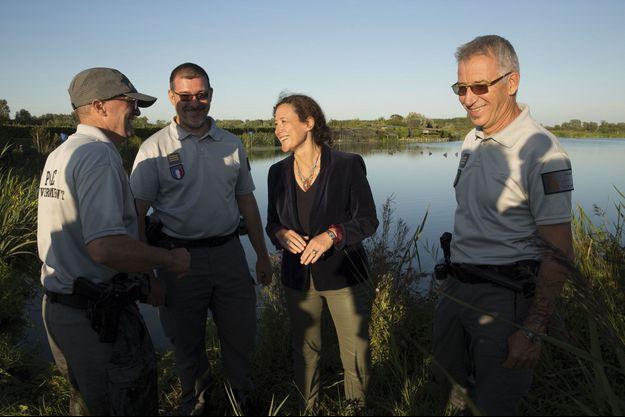 Emmanuelle Wargon et deux agents de la police de l'environnement, le 23 août dans le marais audomarois (Pas-de-Calais).