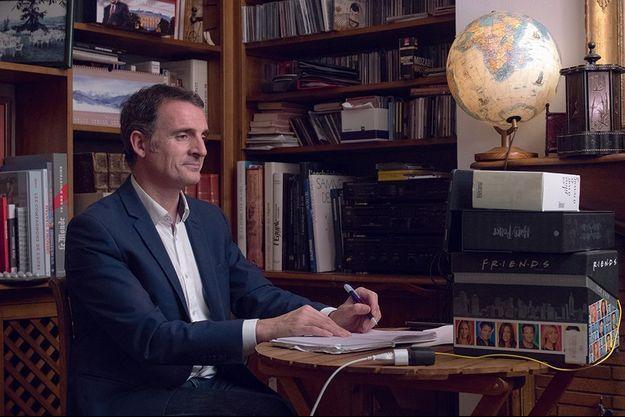 Eric Piolle à son bureau, chez lui.