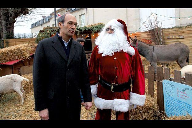 Sur le marché de Noël samedi 11 décembre, Eric Woerth visite la crèche vivante de Chantilly. Chaque week-end, le maire retrouve sa ville.