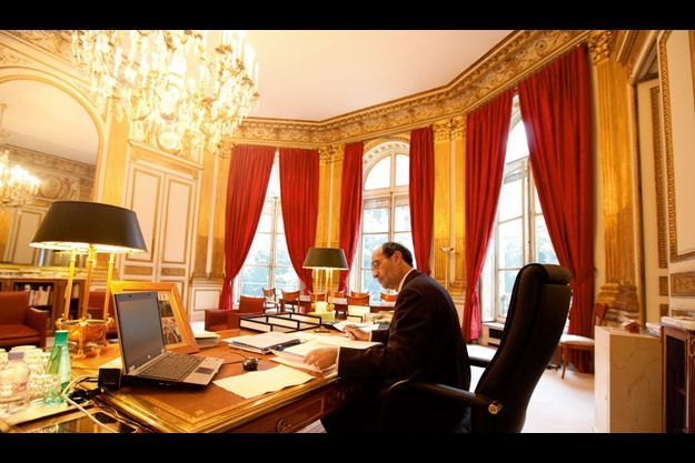 Lundi 6 septembre, 8 heures, dans le bureau du ministre du Travail, rue de Grenelle à Paris. Pour tout objet personnel, un cadre, avec des photos de Florence Woerth. Au premier plan, à gauche, un iPad.