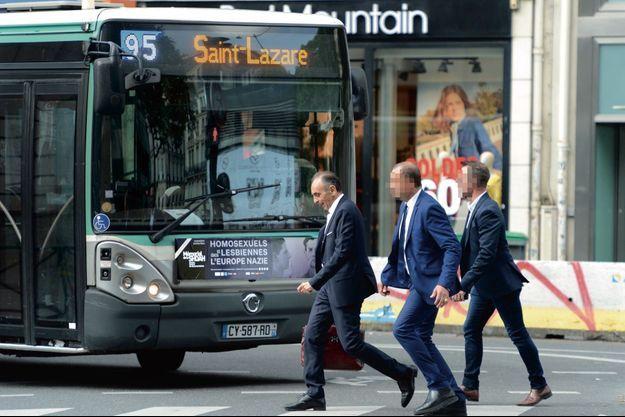 Arrivée matinale au «Figaro », dans le IXe arrondissement de Paris, le 1er juillet. Sur ses pas, les deux policiers chargés de sa protection.