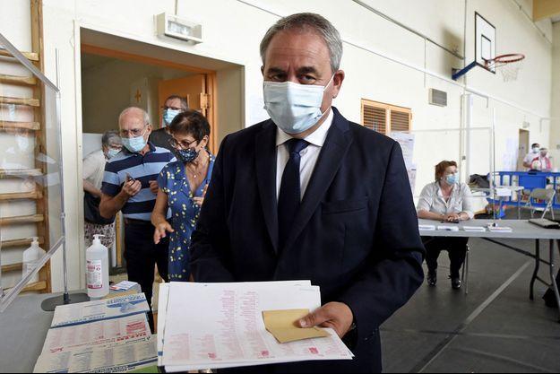 Xavier Bertrand vote à Saint-Quentin, dans l'Aisne, dimanche.