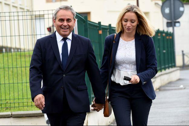 Xavier Bertrand et son épouse Vanessa vont voter à Saint-Quentin, dimanche matin.