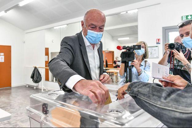 Alain Rousset vote à Pessac, en Gironde, dimanche.