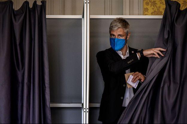 Laurent Wauquiez dans un bureau de vote du Puy-en-Velay, dimanche.