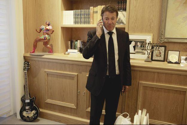 Dans son bureau, Christian Estrosi s'entretient au téléphone avec le pape François, samedi 16 juillet.