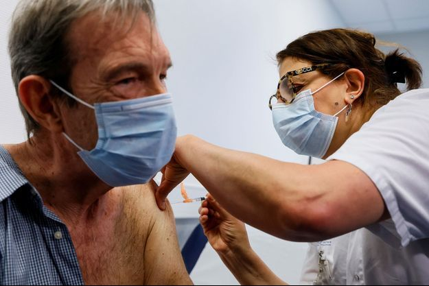 Un homme vacciné à Sevran.