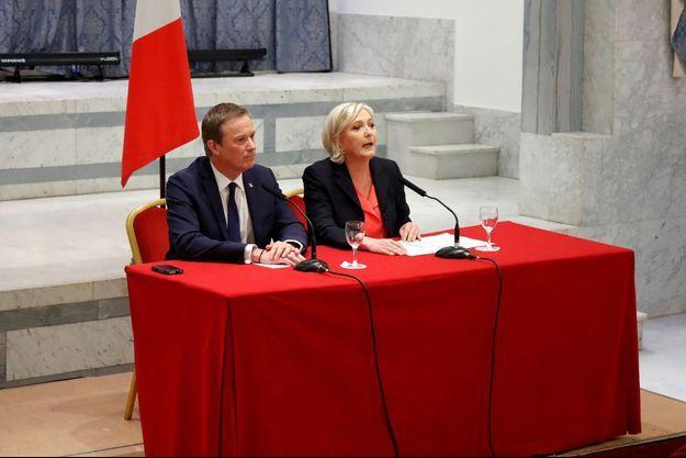Nicolas Dupont-Aignan et Marine Le Pen en conférence de presse le 29 avril 2017.