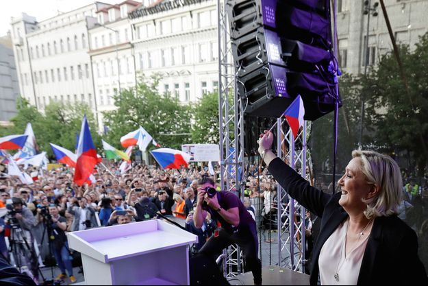 Marine Le Pen, à Prague, en République tchèque, le 25 avril. Une prochaine étape de sa tournée européenne la mènera en Italie le 18 mai.