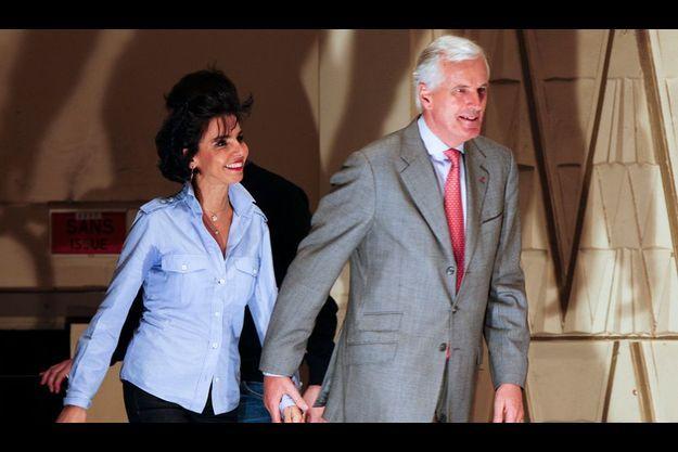 Michel Barnier et Rachida Dati en meeting à Paris, le 24 juin 2009. Les deux ministres s'apprêtent à mener une campagne difficile pour les élections européennes de juin et sont respectivement numéro un et numéro deux sur la liste UMP pour la région Ile-de-France.