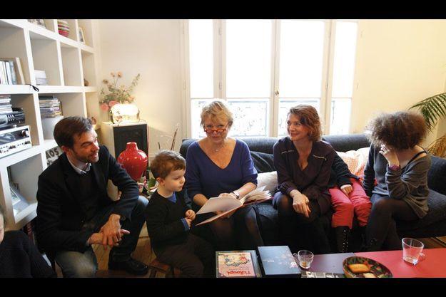 Chez sa fille, Caroline, la mère de Romane (pantalon rouge) et Salomé (à dr.), Eva Joly lit un livre à Aurélien, le fils de son fils Julien (à gauche).