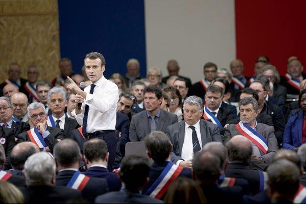 Emmanuel Macron lors de l'échange de plus de 6 heures avec 600 maires réunis à Souillac, dans le Lot, le 18 janvier.