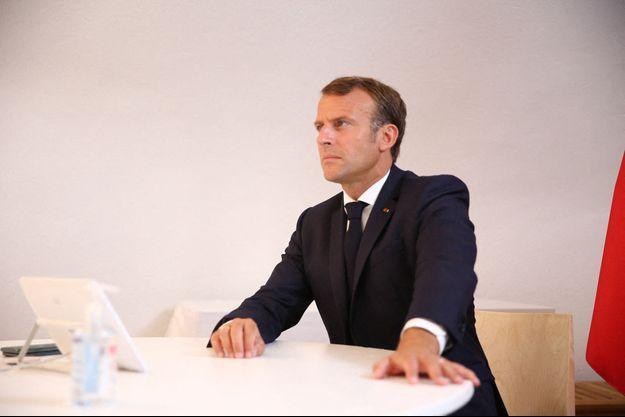 Le président de la République Emmanuel Macron lors d'une visioconférence avec les membres du Conseil Européen à Brégançon, le 19 août 2020.