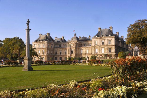 L'extérieur du Sénat, vu du jardin du Luxembourg à Paris.