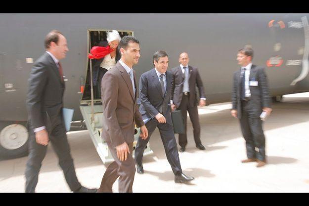 A Bagdad. Jeudi 2 juillet, 9 h 45 : François Fillon foule le tarmac de l'aéroport, pris dans un vent de sable. Pour des raisons de sécurité, le voyage a été tenu secret jusqu'à la dernière minute. A l'arrière-plan, descendant de l'Hercules C-130, la ministre de l'Economie, Christine Lagarde.