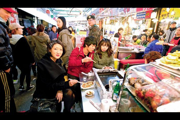 Dimanche 24 mars, en milieu d'après-midi, au marché de Gwangjang à Séoul.