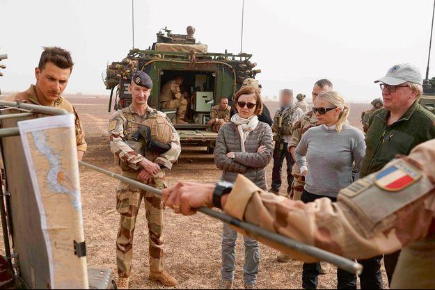 Compte rendu de dix jours d'opération antiterroriste dans la région d'Indelimane, avec son homologue suédois.