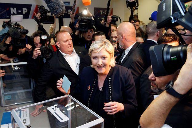 Marine Le Pen vote pour la présidence de son parti à Lille le 10 mars 2018