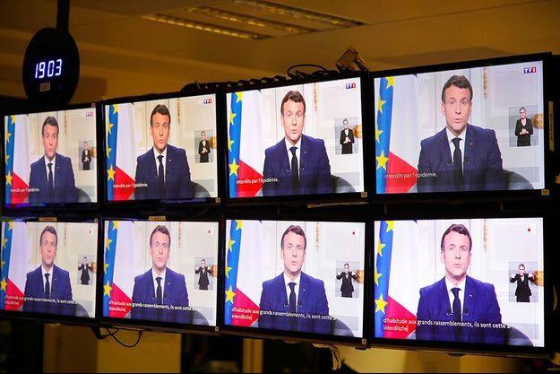 L'allocution d'Emmanuel Macron diffusée sur des écrans, jeudi soir.